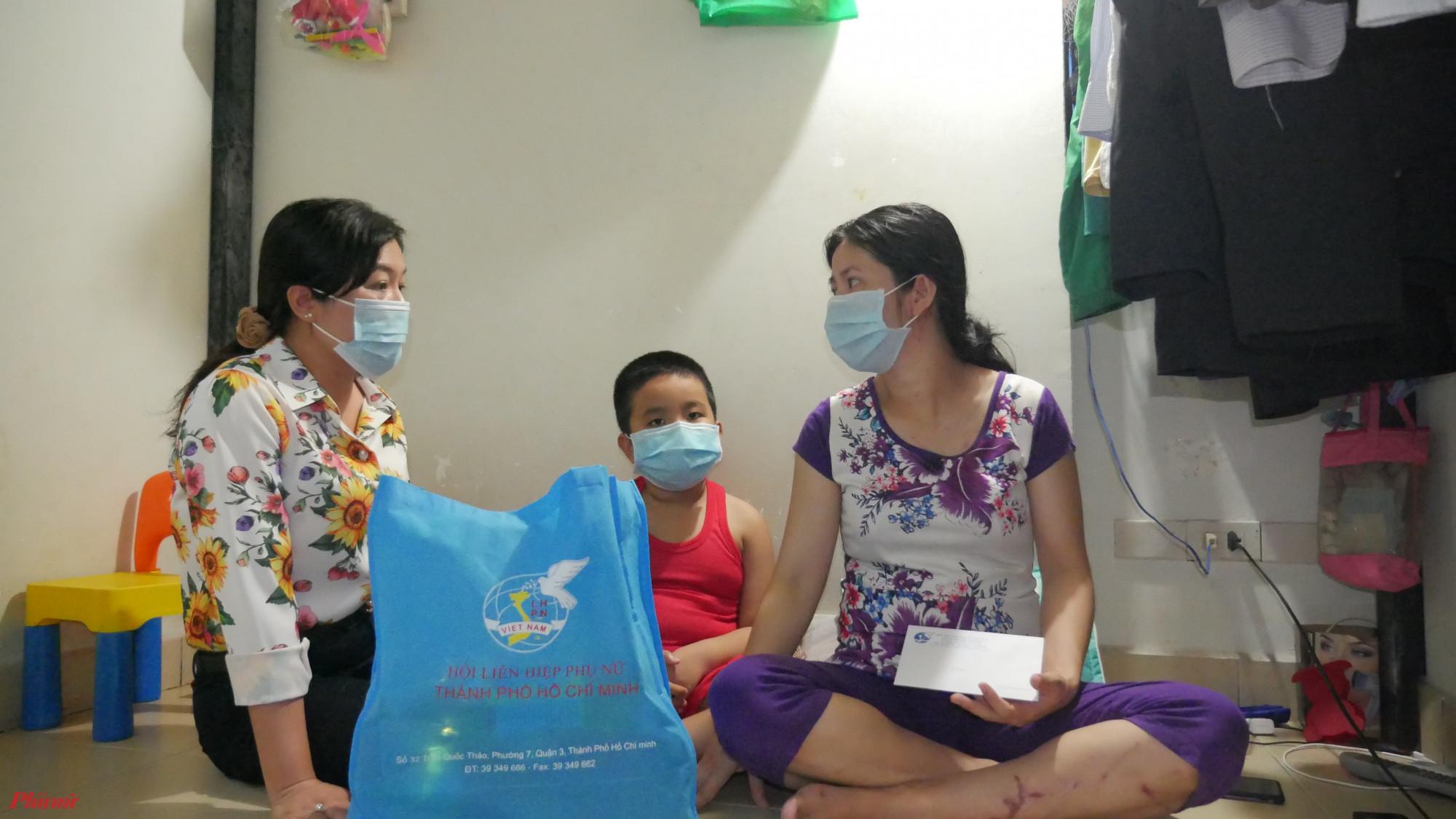 Chị Phượng Trân đến thăm chị hai mẹ con chị yến tại phòng trọ  Khu lưu trú Khu chế xuất Tân Thuận