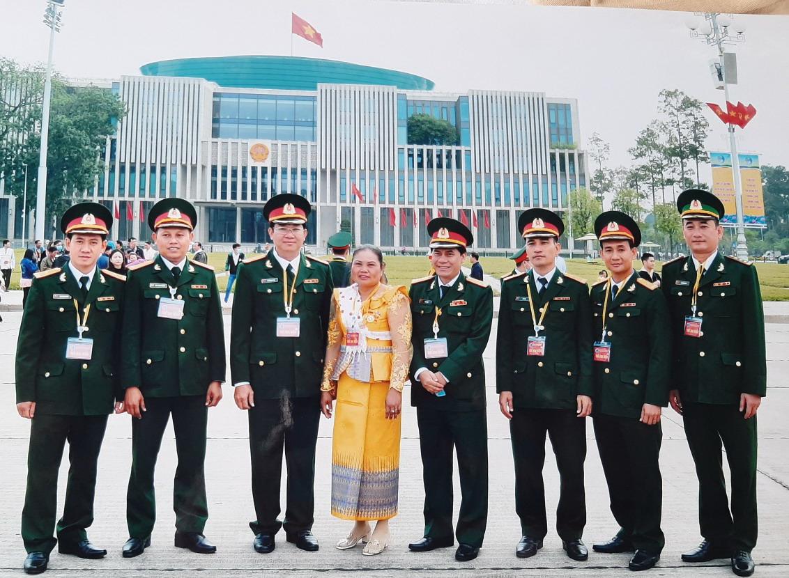 Chụp ảnh lưu niệm với các đại biểu tại Đại hội các dân tộc thiểu số lần thứ II  (tháng 12/2020) tại Hà Nội.
