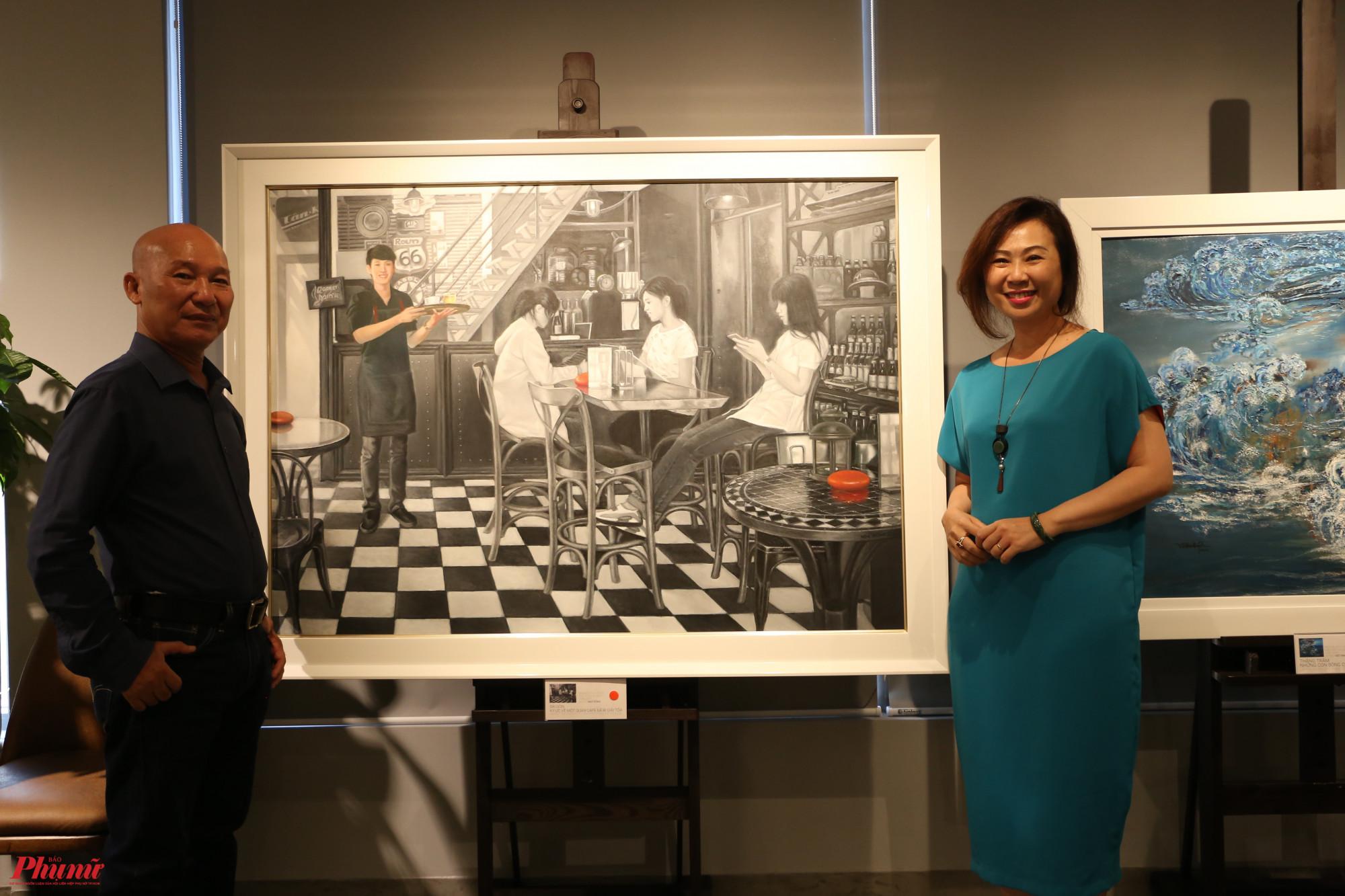 Hoạ sĩ Ngô Đồng và Việt Kim Quyên (phải) tại triển lãm.