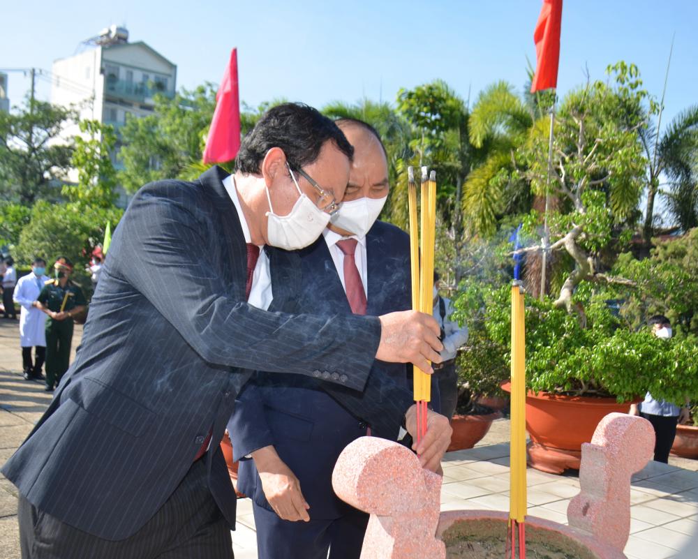 Chủ tịch nước Nguyễn Xuân Phúc và Bí thư Thành ủy TPHCM Nguyễn Văn Nên dâng hương tại Di tích Nhà thương Giếng Nước.