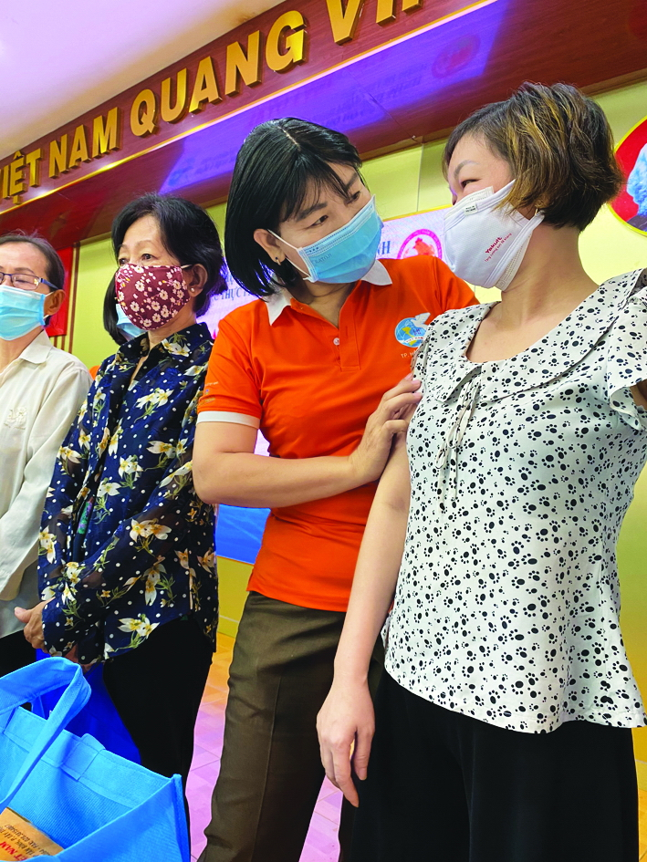 Bà Trần Thị Phương Hoa, Phó Chủ tịch Hội LHPN TP.HCM, tặng quà hỗ trợ hội viên phụ nữ tại TP.Thủ Đức đang gặp khó khăn vì dịch bệnh