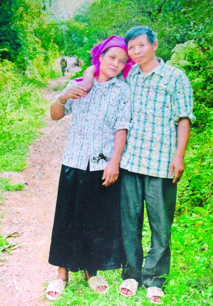 Ông Săng từng ao ước  khi nào có tiền sẽ làm  đám cưới nhưng mười bốn năm qua, hai ông bà chỉ có duy nhất một bức ảnh chụp chung đã cũ mốc