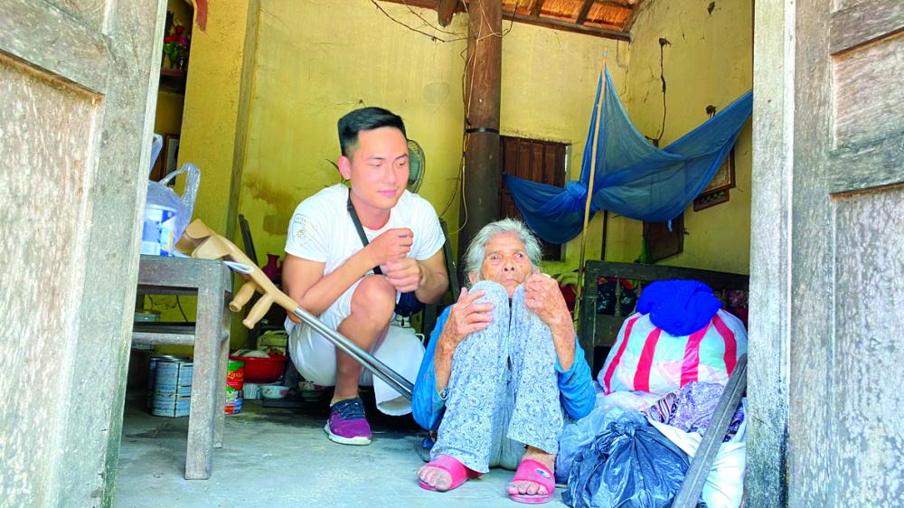 Anh Lương Phi hỗ trợ bà cụ Thạnh không chồng con ở một mình (thôn Khánh Tân, xã Tam Dân, huyện Phú Ninh, tỉnh Quảng Nam)