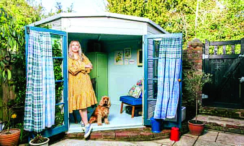 """Camilla Perkins tận hưởng những sớm mai thư thái tại """"hang động"""" của cô  Ảnh: Alex Lake/The Observer"""