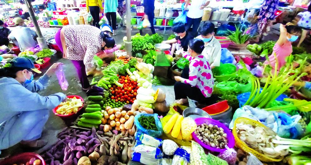 Hầu như người vào chợ Phú Lợi (P.7, Q.8) đều mang khẩu trang phòng dịch - ẢNH: PHÙNG HUY