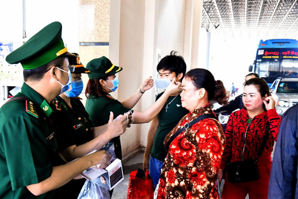 Những ngày đầu dịch vừa bùng phát, Trang (thứ ba trái qua) cùng đồng đội ra cửa khẩu tuyên truyền, hướng dẫn nhắc nhở bà con đeo khẩu trang khi qua lại biên giới - ảnh: lê quân