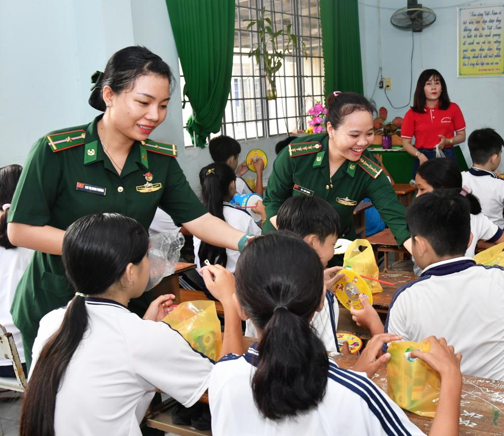 Cứ mỗi mùa Trung thu đến, thiếu tá Trang (người đứng giữa) lại cùng đồng đội chia sẻ niềm vui với thiếu nhi trên địa bàn - Ảnh: Lê Quân
