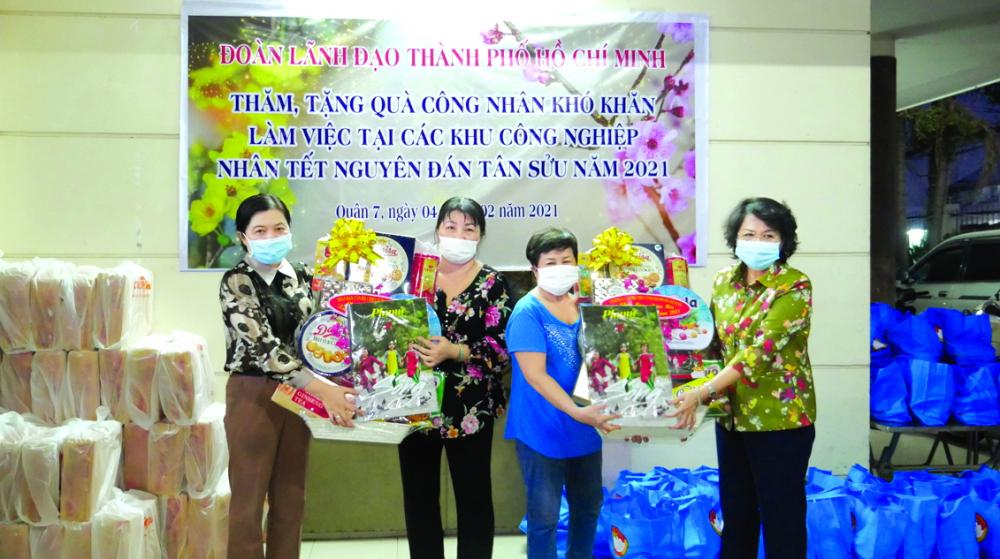 Bà Tô Thị Bích Châu -  Chủ tịch Ủy ban Mặt trận  Tổ quốc Việt Nam TP.HCM và bà Nguyễn Trần Phượng Trân  - Chủ tịch Hội LHPN TP.HCM  - tặng quà cho các nữ chủ nhà trọ tại Q.7, TP.HCM