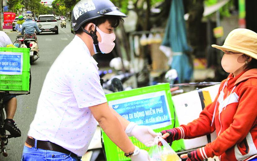 """Hàng trăm suất cơm di động miễn phí mỗi ngày làm ấm lòng không ít người nghèo ở Đà Nẵng trong """"bão dịch"""" - ẢNH: INTERNET"""