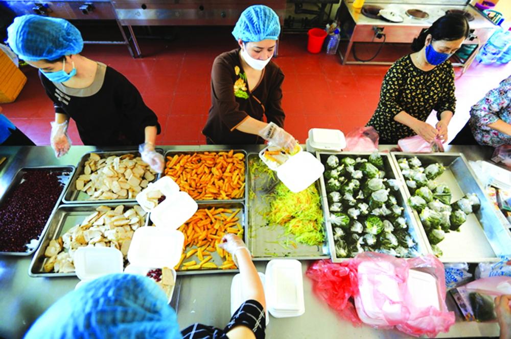 Các suất cơm trước khi được gửi tới Bệnh viện K cơ sở Tam Hiệp đều được kiểm tra chất lượng thực phẩm - ẢNH: INTERNET