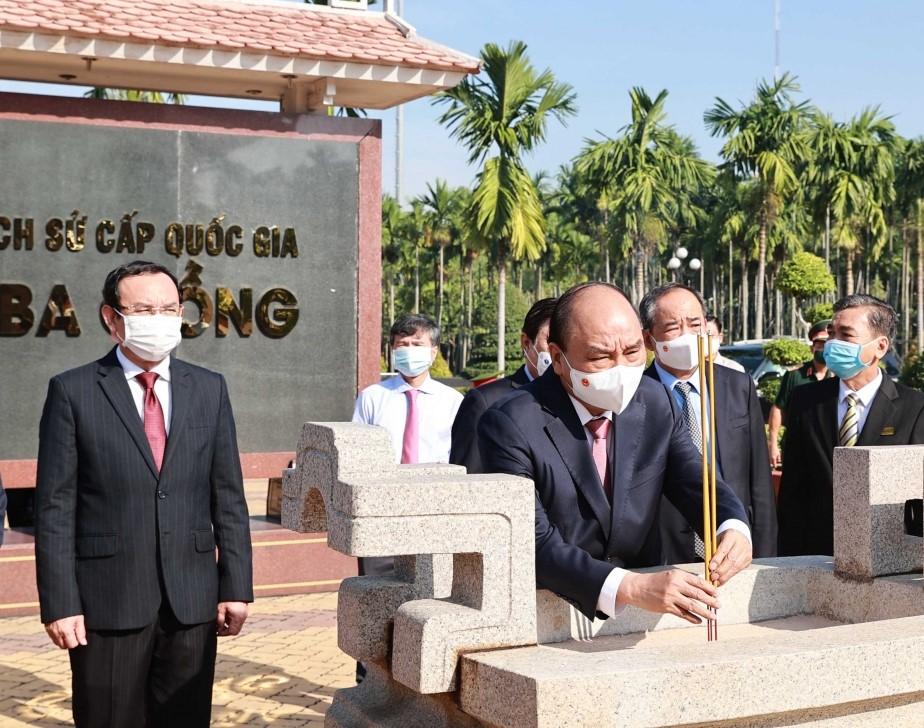 Chủ tịch nước Nguyễn Xuân Phúc dâng hương tại Ngã Ba Giồng.