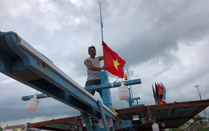 """Chương trình """"Một triệu lá cờ Tổ quốc cùng ngư dân bám biển"""" của Báo Người Lao Động đã thực hiện được 80 lần trao tặng cờ Tổ quốc cho ngư dân trên toàn quốc"""