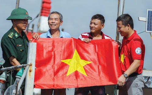 Tặng cờ Tổ