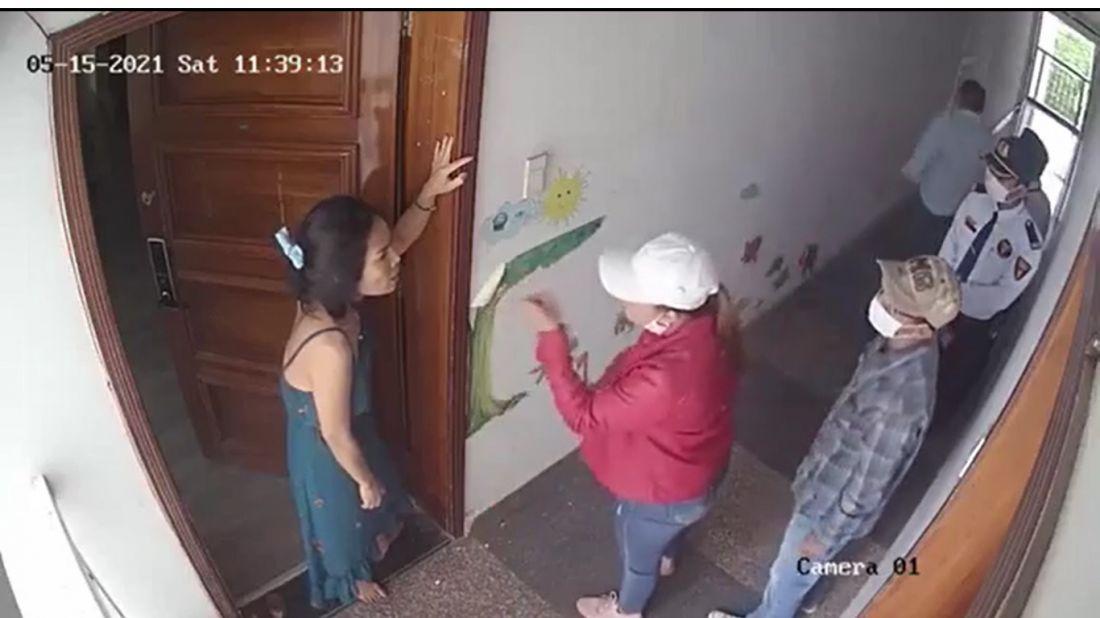 Ban quản lý chung cư New Saigon dẫn người lạ vào nhà đe doạ cư dân. Ảnh: Cắt clip