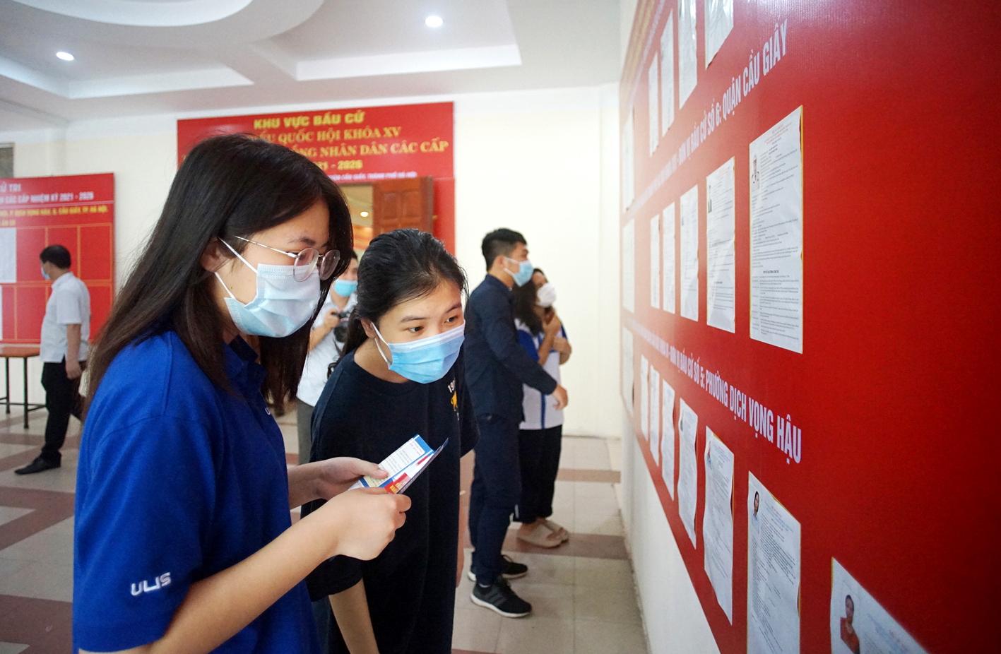 Sinh viên nội trú Đại học Quốc gia Hà Nội tìm hiểu danh sách  ứng cử viên