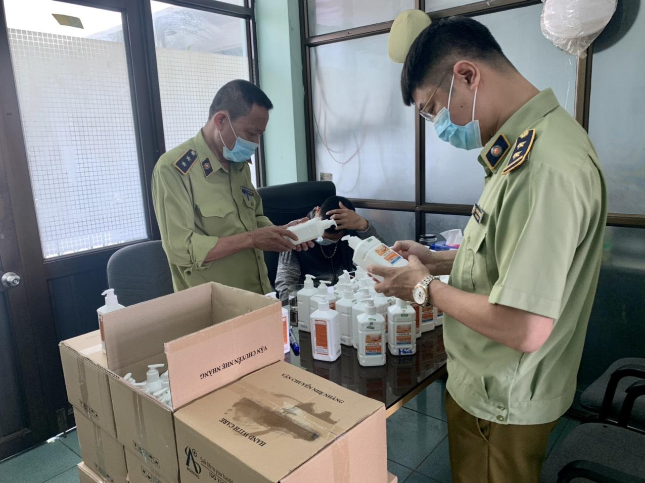 Lực lượng QLTT kiểm tra lô hàng nước rửa tay kháng khuẩn.