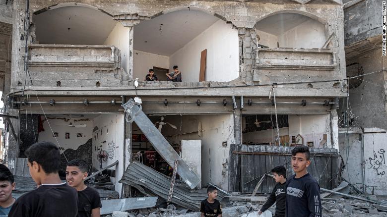 Người Palestine kiểm tra thiệt hại của các tòa nhà ở phía bắc thành phố Gaza ngày 20/5.