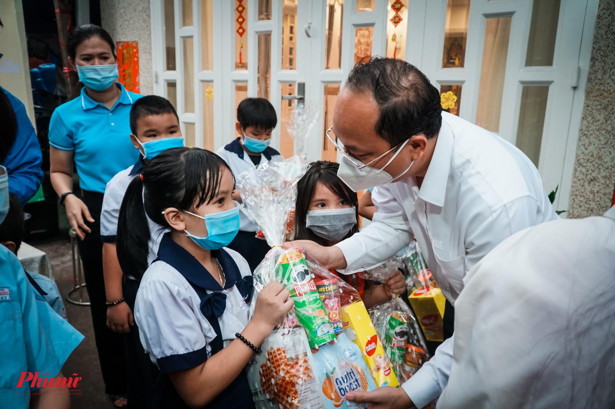 Trước đó, ngày 19/5,ông Nguyễn Hồ Hải - Phó Bí thư Thành ủy TPHCM cũng đã dẫn đầu Đoàn công tác đến kiểm tra các chốt và tặng quà cho các con em của công nhân có hoàn cảnh khó khăn trên địa bàn quận 11