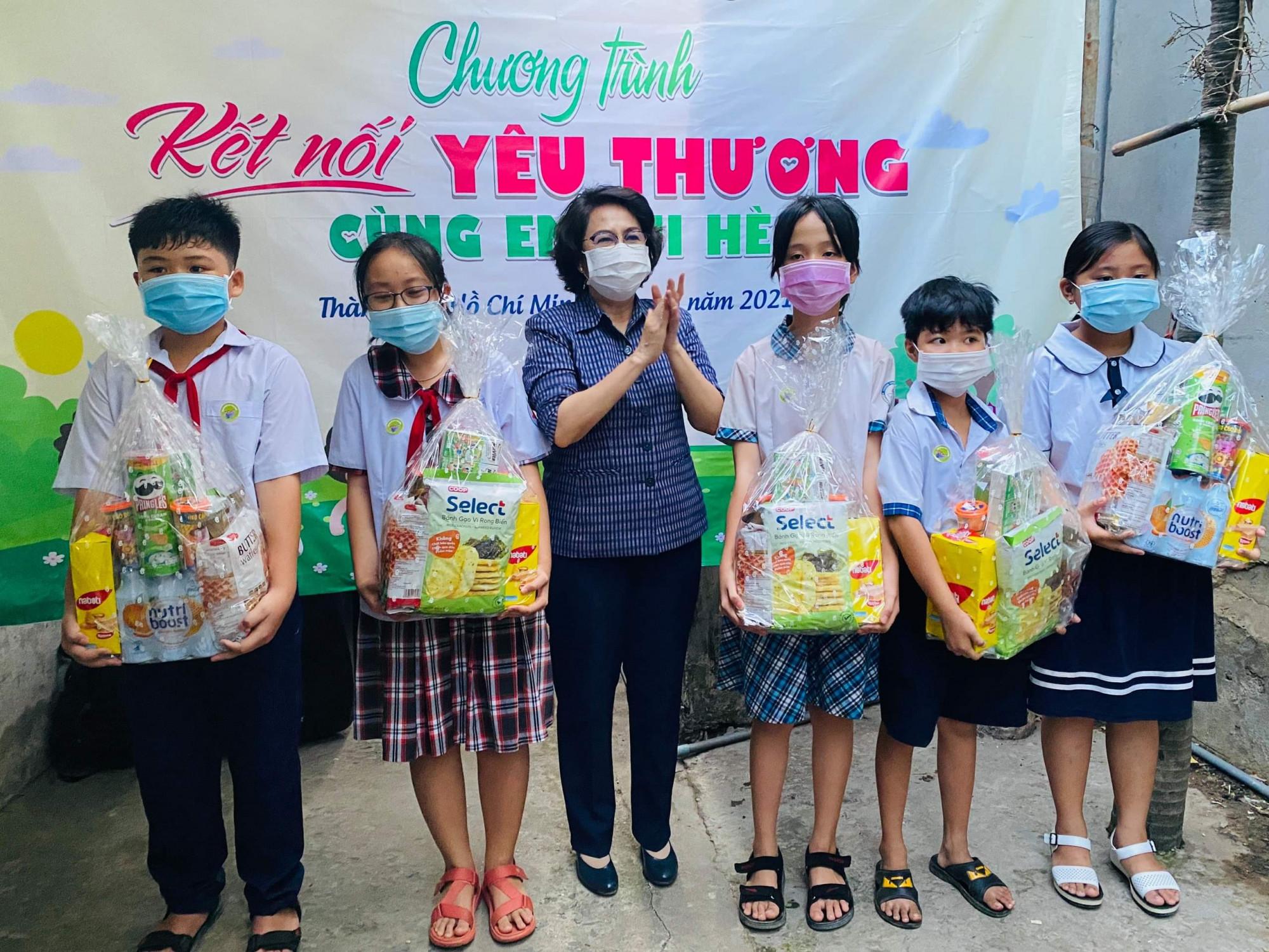 Bà Tô Thị Bích Châu trao quà cho con em công nhân gặp khó khăn vì dịch COVID-19