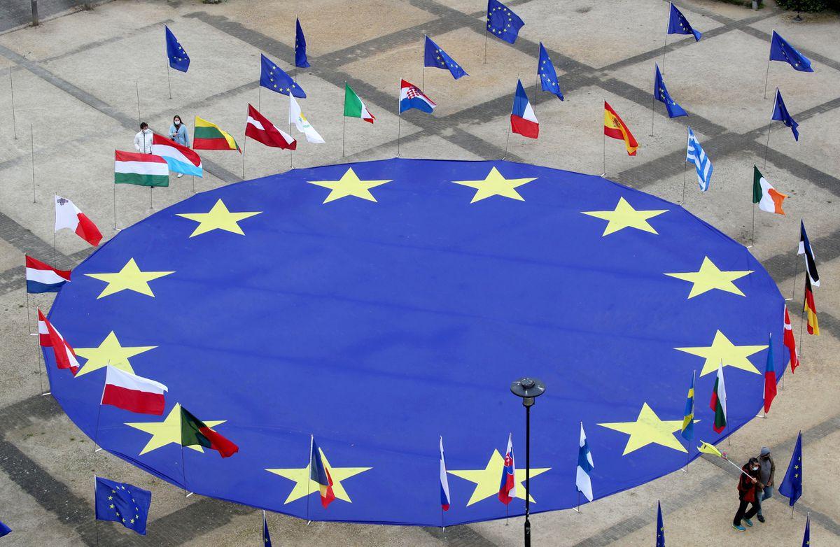 Một lá cờ lớn của Liên minh châu Âu nằm ở trung tâm của quảng trường Schuman, bên ngoài trụ sở Ủy ban châu Âu, vào buổi chiều trước Ngày châu Âu, tại Brussels, Bỉ, hôm 8/5/2021.
