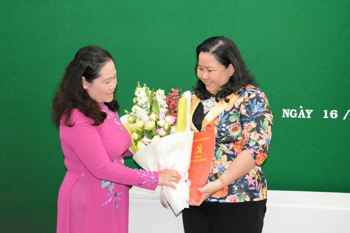 Bà Lê Thị Kim Thúy nhận quyết định giữ chức vụ Phó Chủ tịch LĐLĐ TPHCM