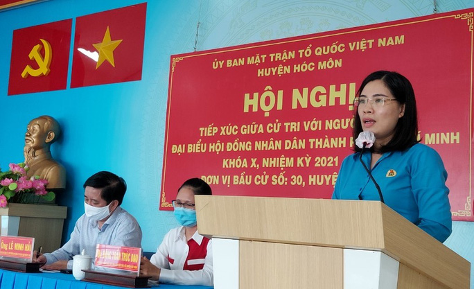 Bà Nguyễn Thị Nga, Trưởng Ban Tuyên giáo LĐLĐ TP HCM trình bày chương trình hành động