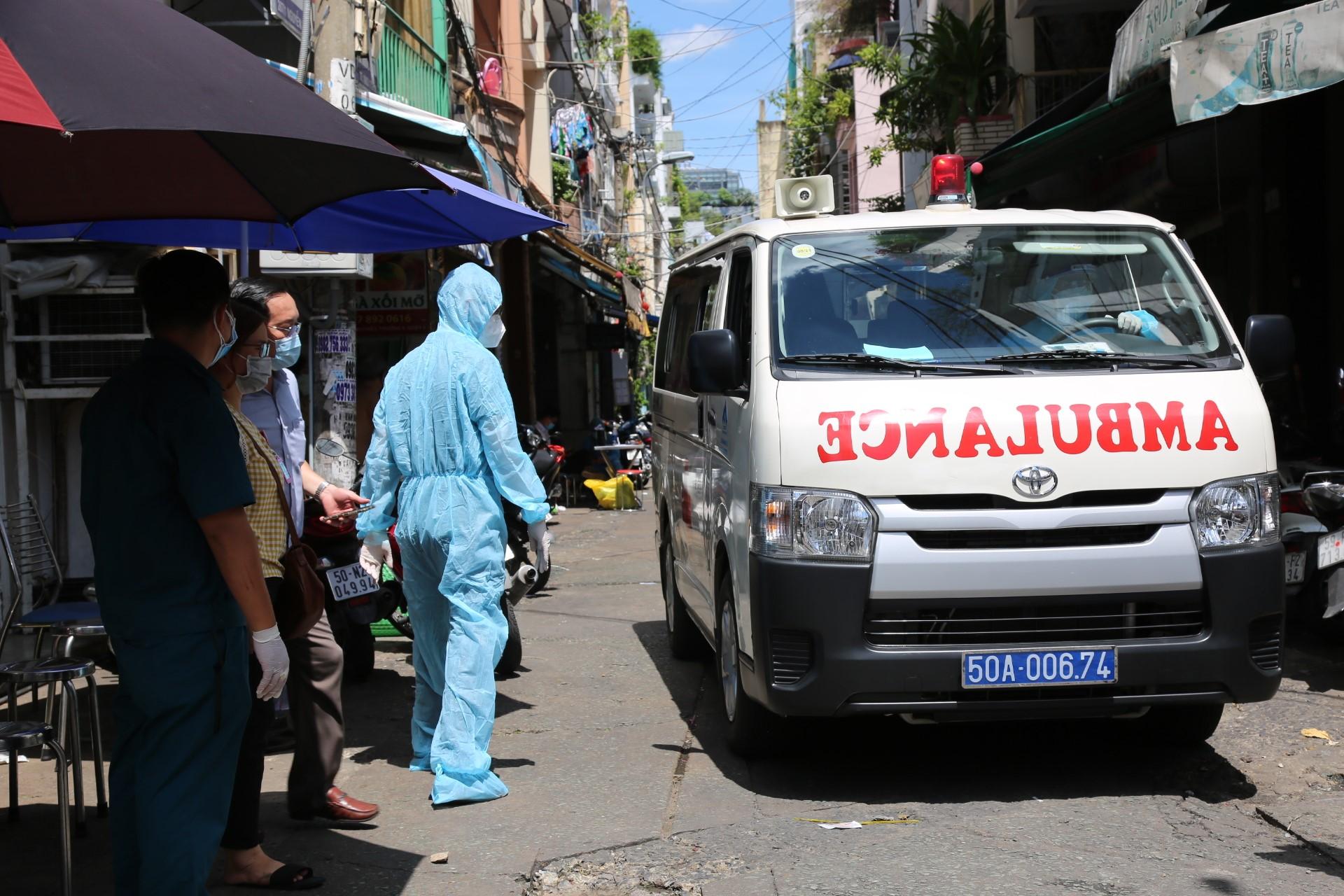Xe cấp cứu được chuẩn bị trong lúc phong tỏa sàng lọc bệnh