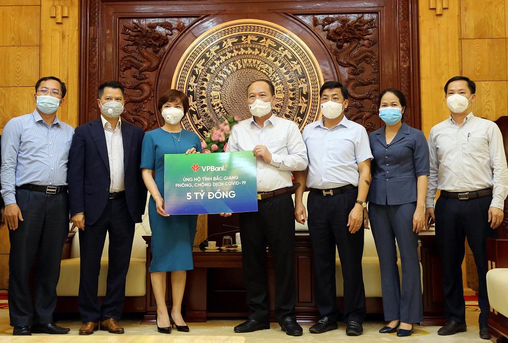 VPBank trao 5 tỷ đồng cho Bắc Giang. Ảnh: VPBank