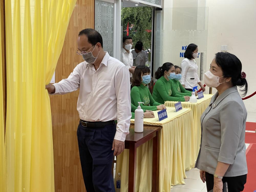 Ông Nguyễn Hồ Hải kiểm tra một điểm bỏ phiếu tại quận 1.