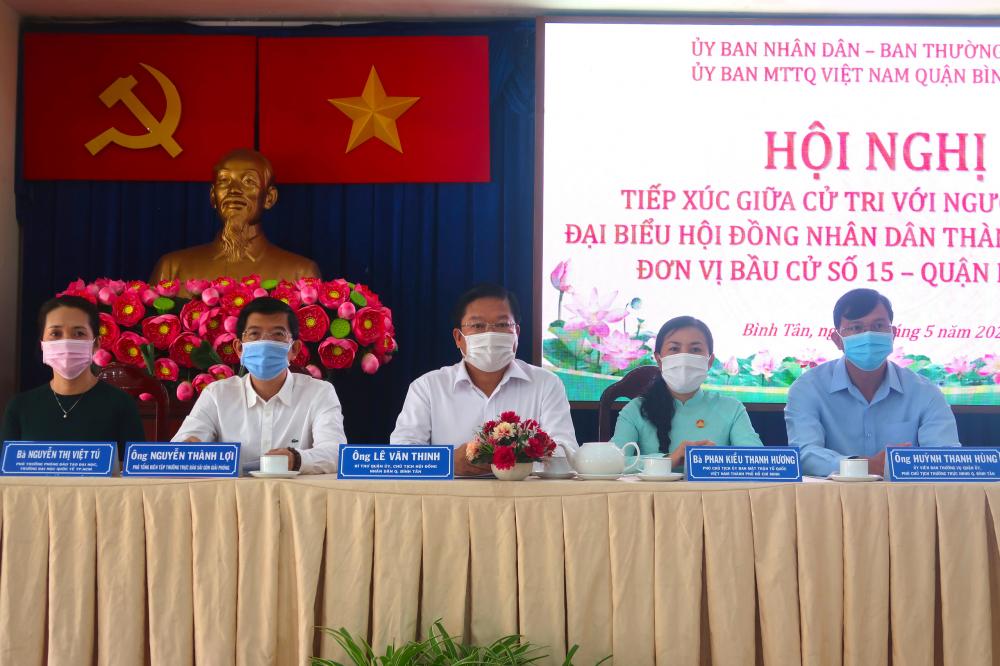 Bà Nguyễn Thị Việt Tú- Bìa phải cùng các ứng cử viên tiếp xúc cử tri