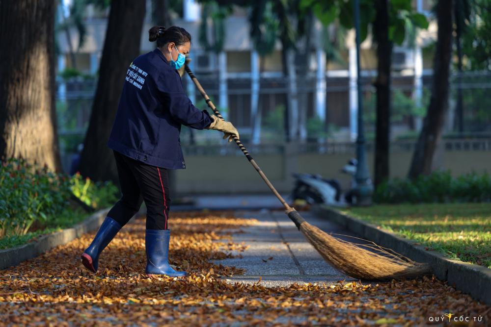 Các công nhân quét đường, mệt hơn nhưng cũng không thể ghét chò