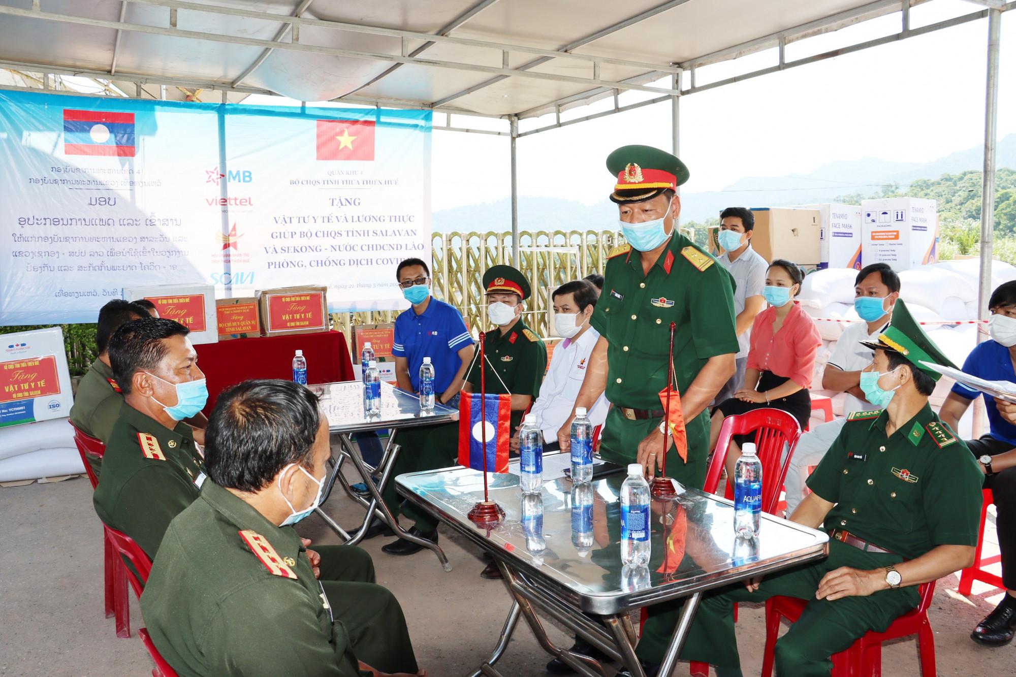 Trung tá Phan Thắng, Phó chỉ huy trưởng, Tham mưu trưởng và Đại tá Nguyễn Phú Đăng, Phó tham mưu trưởng Bộ Chỉ huy Quân sự tỉnh Thừa Thiên - Huế trao tặng quà cho Bộ Chỉ huy Quân sự tỉnh Salavan và Sekong - Lào
