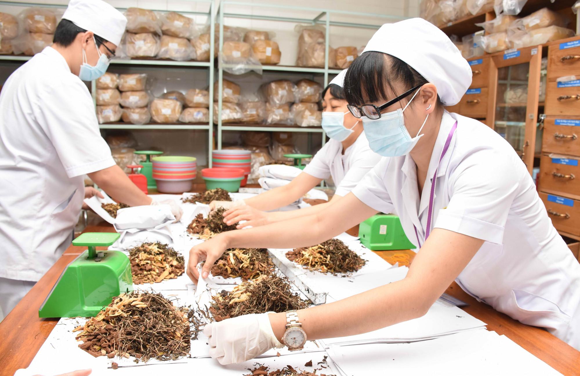 Phòng bốc thuốc tại Viện Y Dược học dân tộc TPHCM - Ảnh: Chế Trung