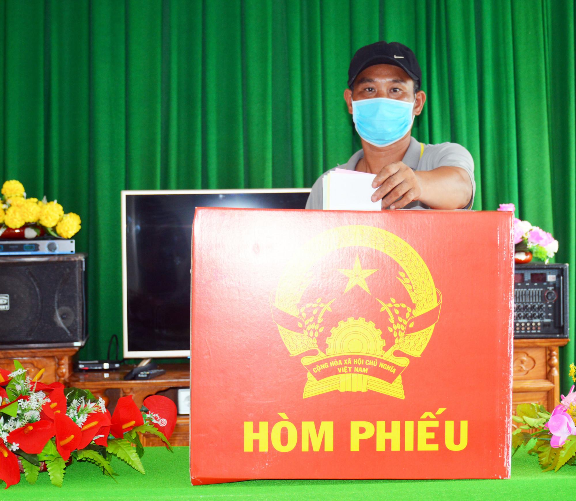 Cử tri Trần Hoàng Giang ở đảo Hòn Chuối mong muốn lựa chọn người có tâm, có tầm. Ảnh: An Khương.