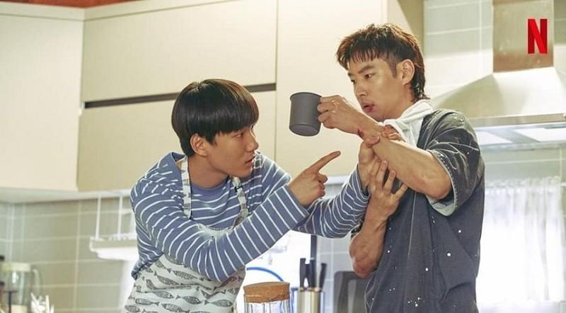 Geu-roo (trái) và người chú Sang Gu có những xung đột nhỏ trong giai đoạn đầu chung sống.