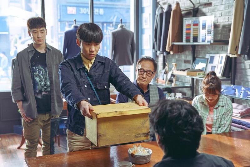 Cả hai chú cháu Sang Gu cùng nhau lý giải uẩn khuất thông qua di vật của người đã mất.