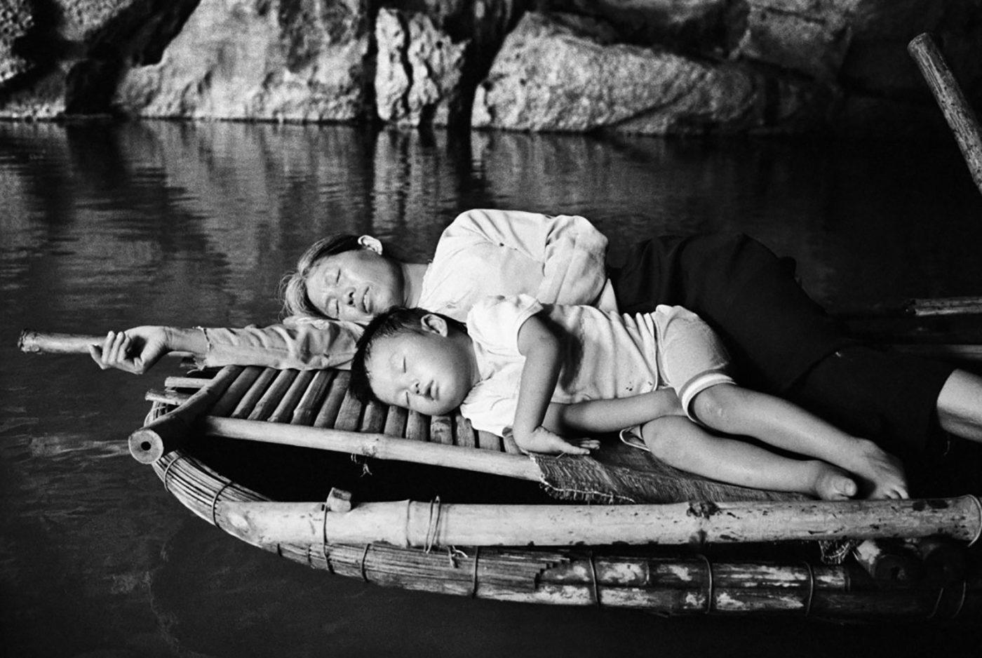 """Tác giả nói: """"Dòng sông vừa là ranh giới, vừa là mối liên kết. Trong tiếng Lào và tiếng Thái, """"Mê Kông"""" có nghĩa là mẹ của các dòng sông – thật trùng khớp với câu chuyện của tôi, đứa trẻ được bà và các dì nuôi nấng. Thay vì lần theo lịch sử, tôi muốn thể hiện sông Mê Kông qua góc nhìn của người dân nơi đây, cách họ đang sống, hoạt động kinh tế, nông nghiệp, đánh bắt thuỷ sản ngày nay"""" - Ảnh: Lâm Đức Hiền"""