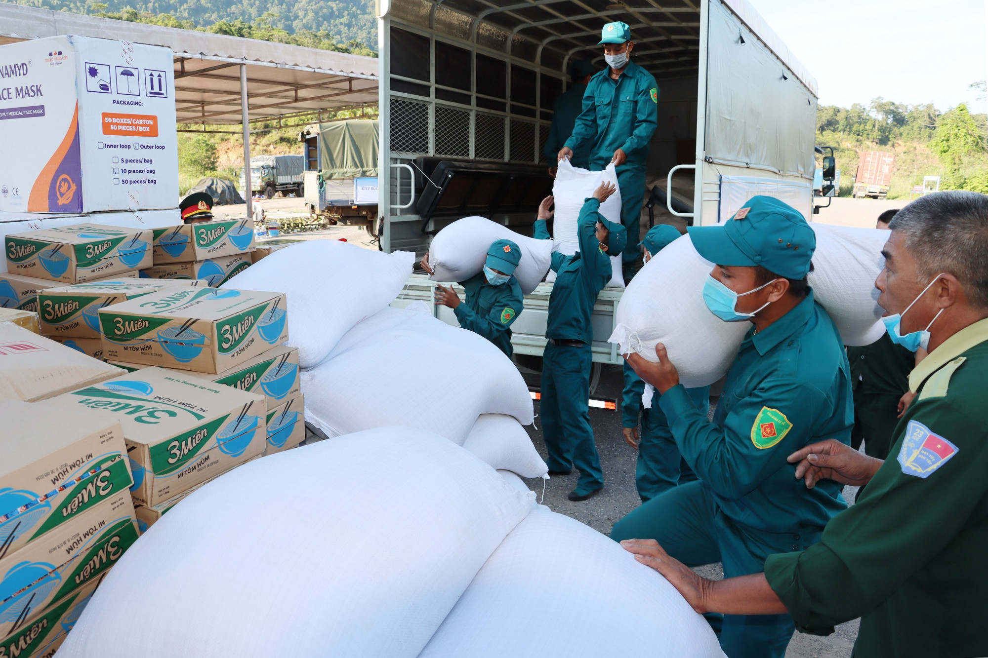 5 tấn gạo cùng các thiết bị y tế, nước rửa tay kháng khuẩn cùng mỳ tôm đã được trao tặng cho 2 tỉnh SaLaVan và SeKong - Lào