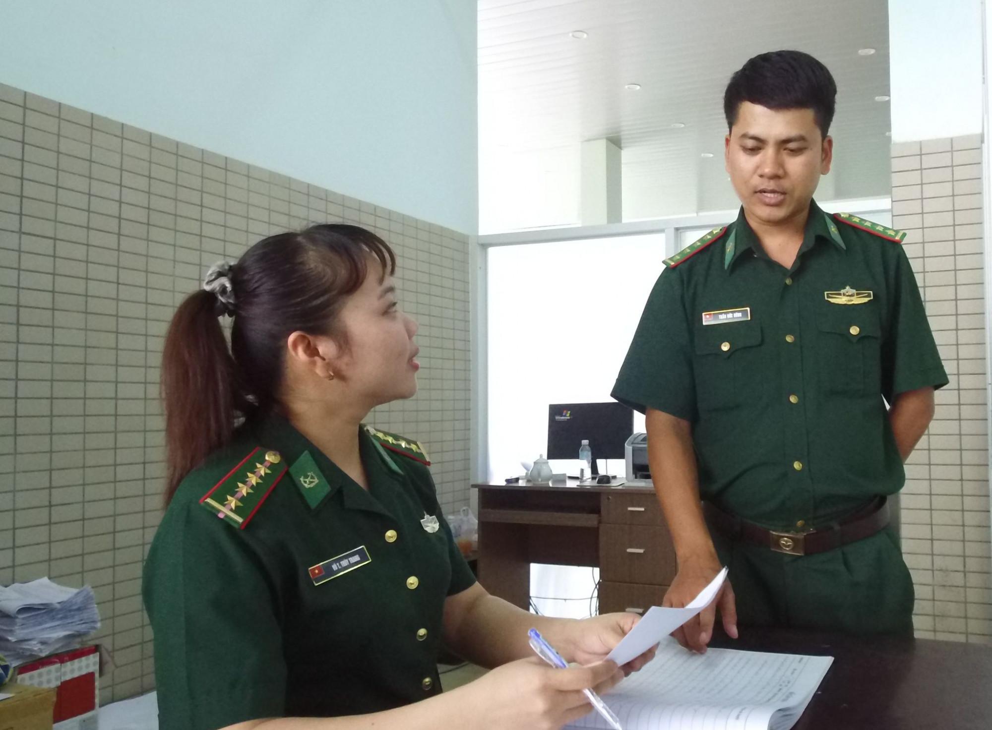 Bông hồng duy nhất ở cửa khẩu, Thùy Trang luôn được đồng đội hỗ trợ nghiệp vụ kiểm thể phù hợp với từng đối tượng cụ thể