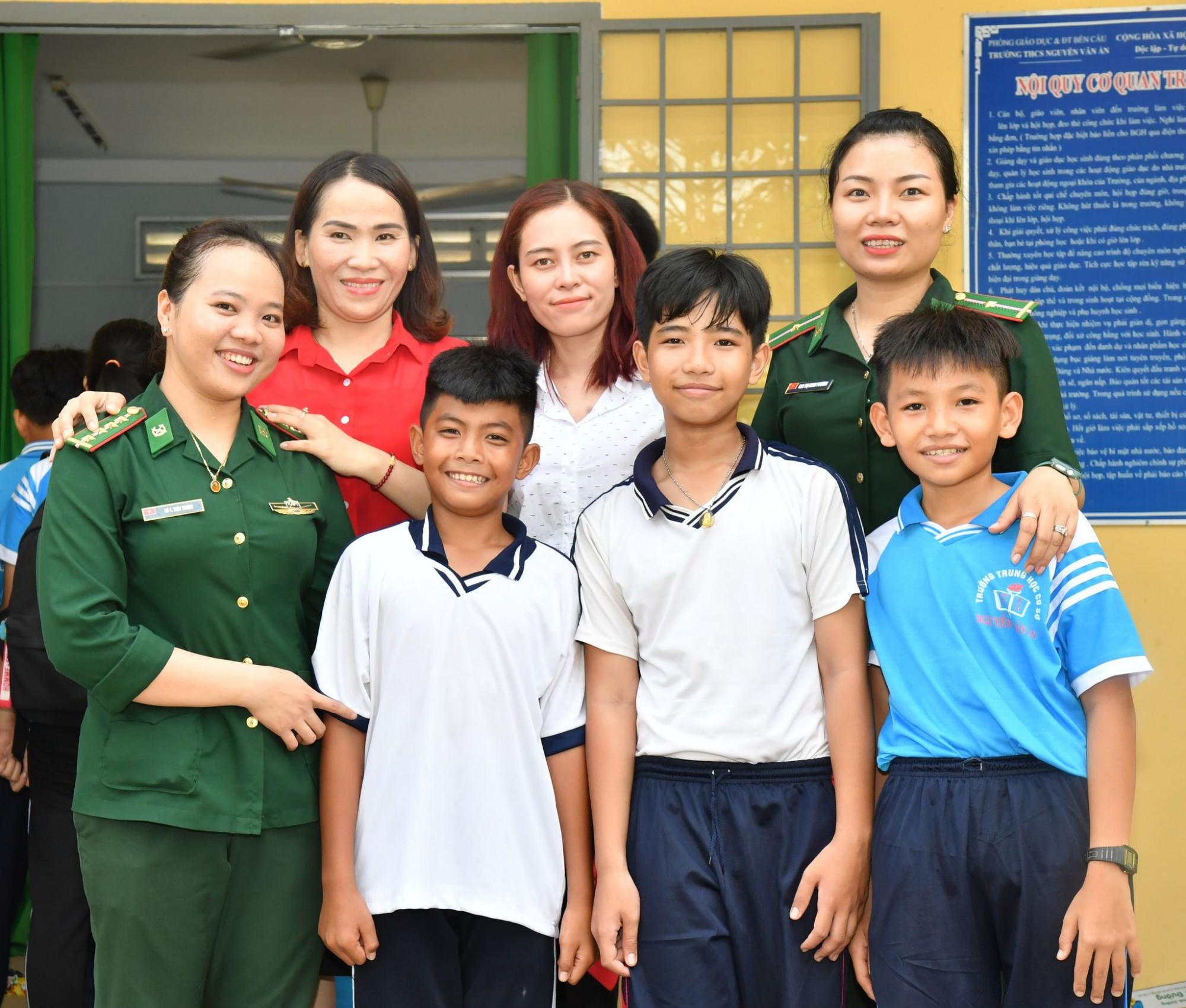Thiếu tá Thùy Trang luôn quan tâm đến trẻ em có hoàn cảnh khó khăn trên khu vực biên giới... Ảnh chụp luu niệm với các nhà tài trợ và các em thiếu nhi trong lần tổ chức trung thu gần đây