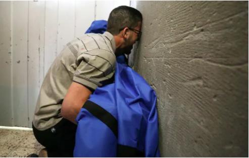 Cha của cậu bé 12 tuổi Rahaf al-Dayer ôm xác cô bé tại bệnh viện al-Shifa ở thành phố Gaza, sau khi cô bé bị giết trong một cuộc không kích của Israel phá hủy các tầng trên của một tòa nhà thương mại và gây thiệt hại cho bộ y tế gần đó. và một phòng khám. Ảnh: Anas Baba / AFP / Getty Images
