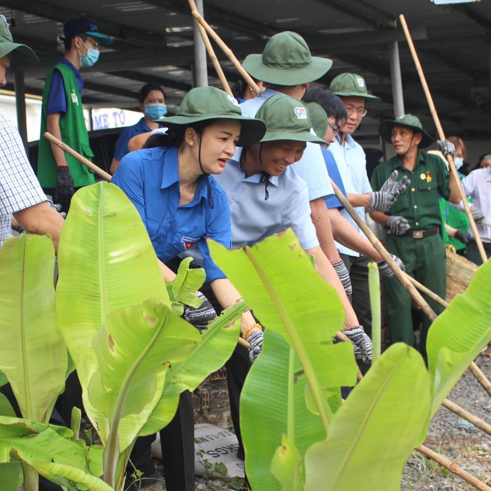 Lê Thị Ngọc Thanh nè: Bà Lê Thị Ngọc Thanh tham gia  trồng cây nhân kỷ niệm 90 năm ngày thành lập Đoàn