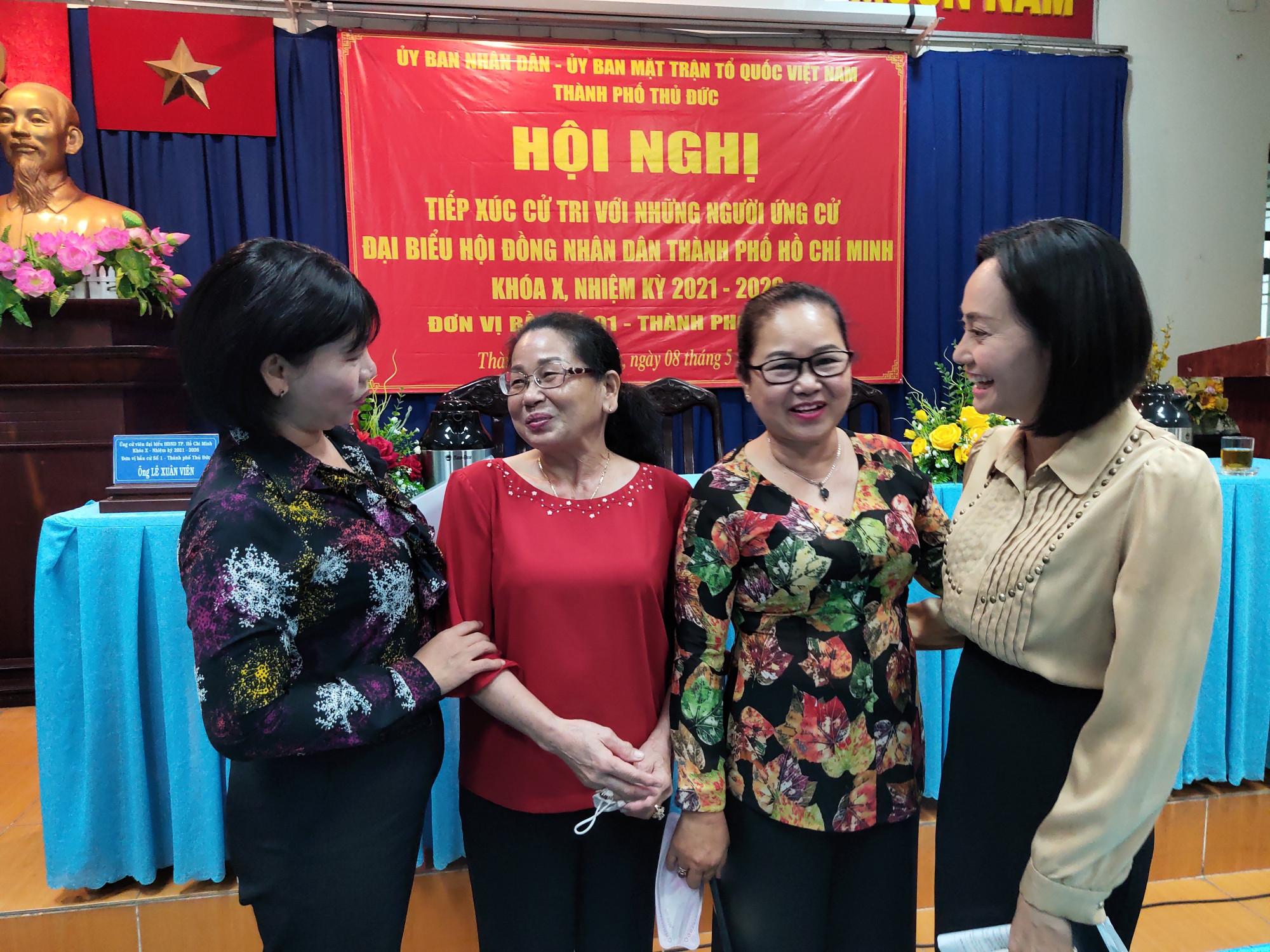 Bà Ngô Phạm Hạnh Thúy (phải) tiếp xúc cử tri tại Thủ Đức