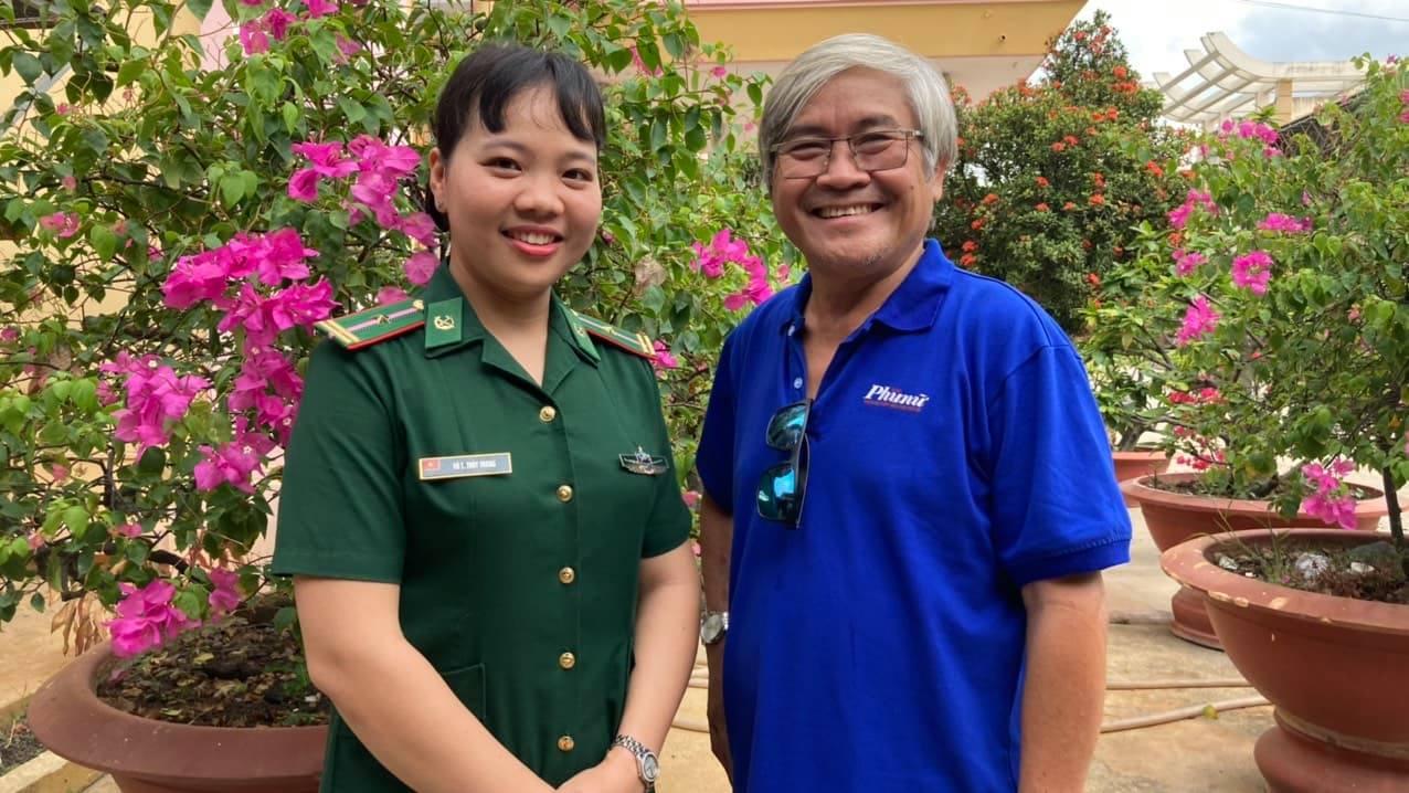 Thiếu tá Thùy Trang và tác giả bài viết