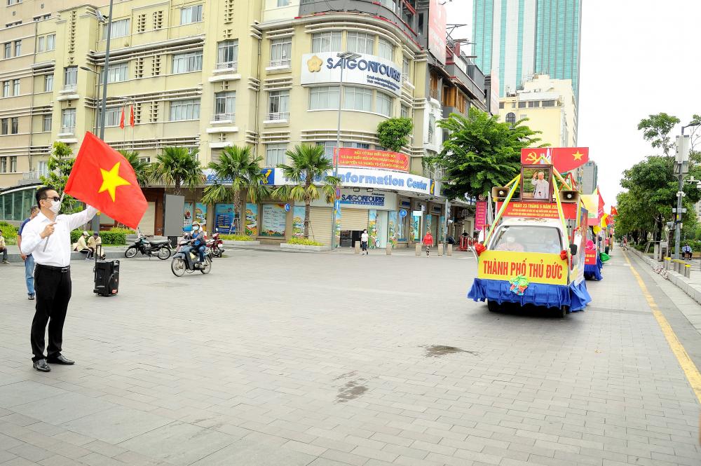 Đoàn xe tuyên truyền lưu động cố động ngày bầu cử xuất phát tại Phố đi bộ Nguyễn Huệ.