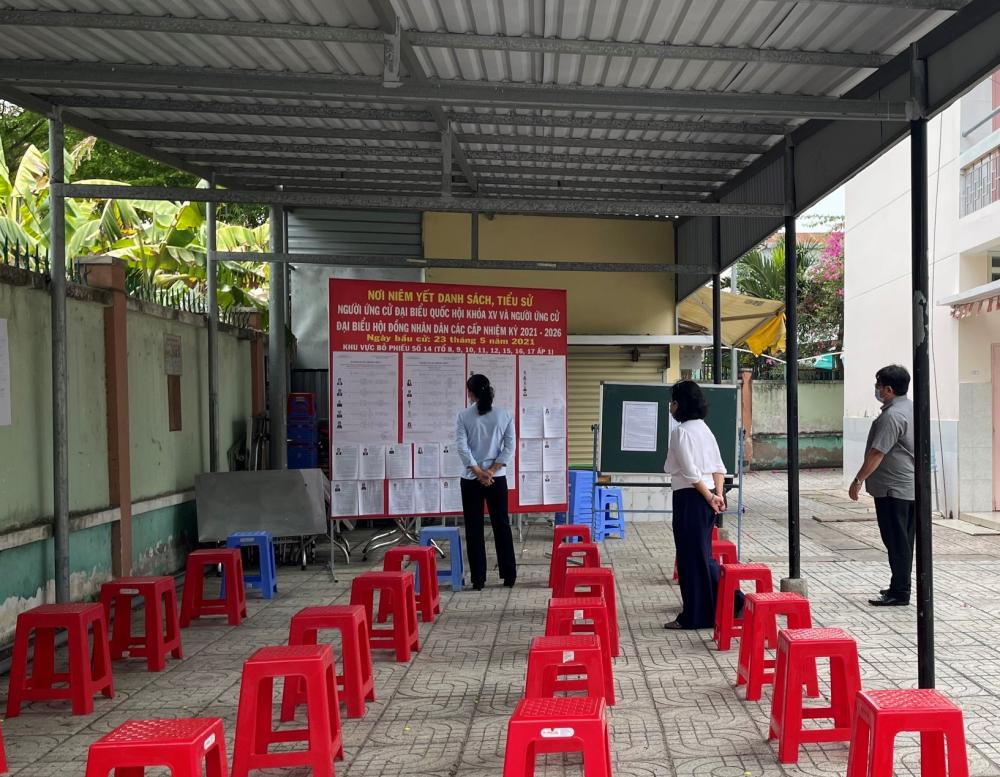 Khu vực chờ tại một điểm bỏ phiếu ở huyện Nhà Bè đảm bảo khoảng cách theo quy định.