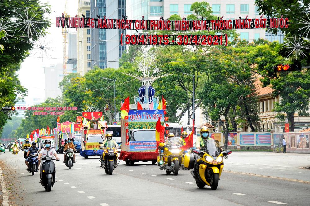 Khu vực đường Lê Duẩn rực rỡ cờ hoa cổ động.