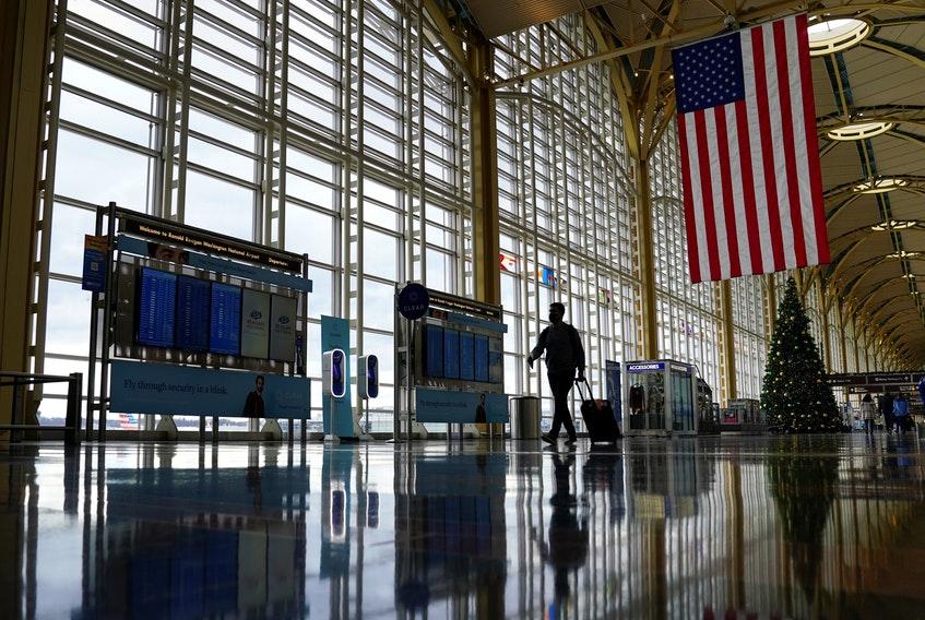 Hoa Kỳ tuyên bố nước này không yêu cầu tiêm vắc-xin như là một điều kiện để du khách nước ngoài có thể nhập cảnh Mỹ - Ảnh: Reuters