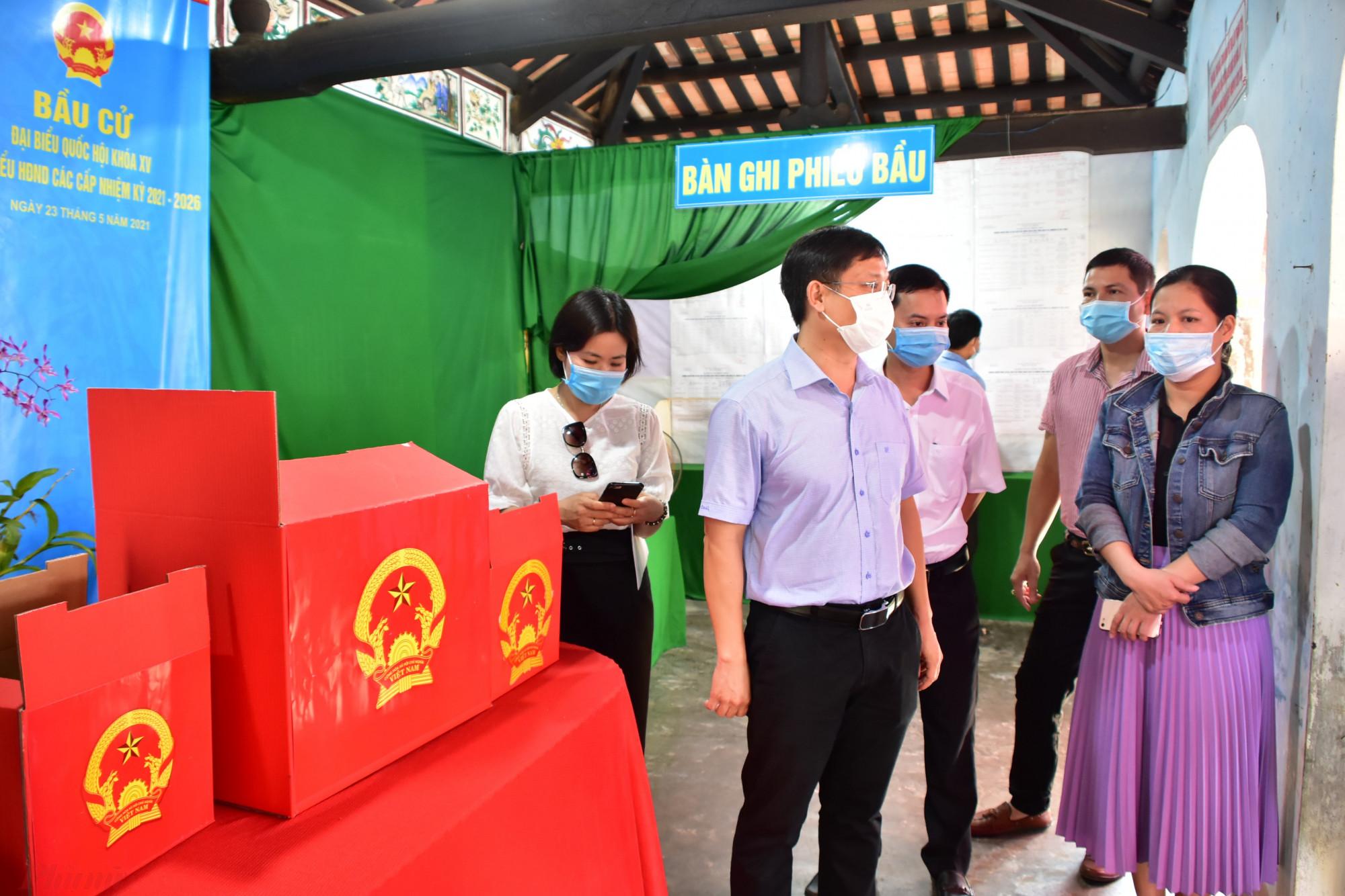 Kiểm tra công tác tại Thị xã Hương Trà, và huyện Quảng Điền, ông Nguyễn Thanh Bình – Phó Chủ tịch UBND tỉnh Thừa Thiên - Huế nhấn mạnh, đợt bầu cử lần này diễn ra trong thời điểm dịch CO-19 diễn biến phức tạp, vì vậy công tác phòng chống dịch, đảm bảo sức khỏe cho cử tri là hết sức quan trọng.