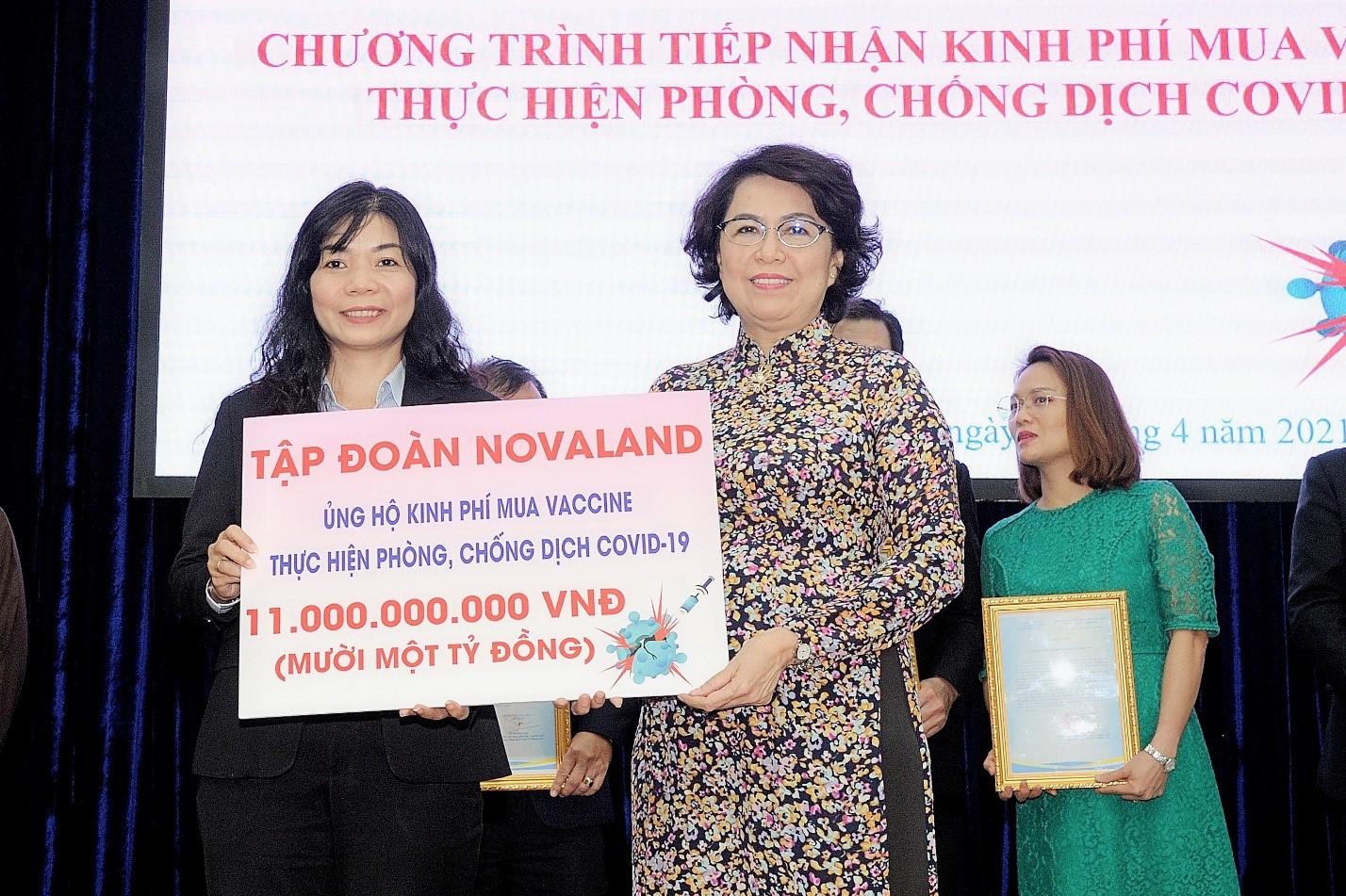 Bà Tô Thị Bích Châu, Ủy viên Ban Thường vụ Thành ủy, Chủ tịch Ủy ban Mặt trận Tổ quốc Việt Nam TPHCM đón nhận khoản kinh phí ủng hộ từ đại diện Tập đoàn Novaland. Ảnh: Novaland